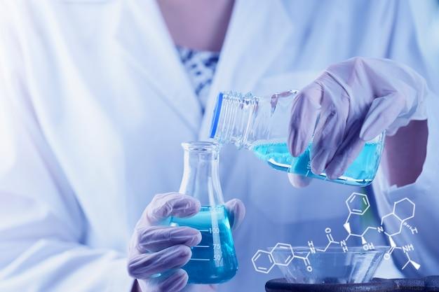 Investigador cientista mão verificando tubos de ensaio