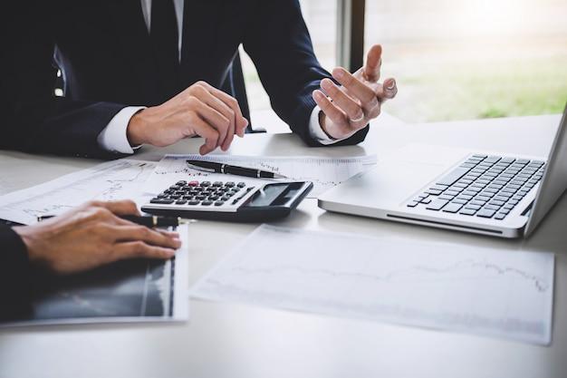 Investimento de equipe de negócios trabalhando com computador e gráfico de análise de mercado de ações