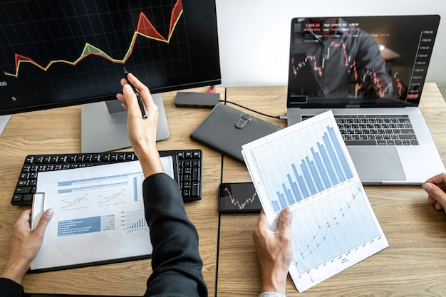 Investimento em equipe de negócios trabalhando com computador