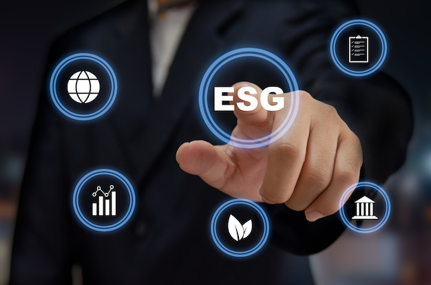 Investimento em governança social ambiental esg. conceito de negócio do desenvolvimento sustentável da organização. mão de homem tocando a palavra esg com tela virtual de ícone.