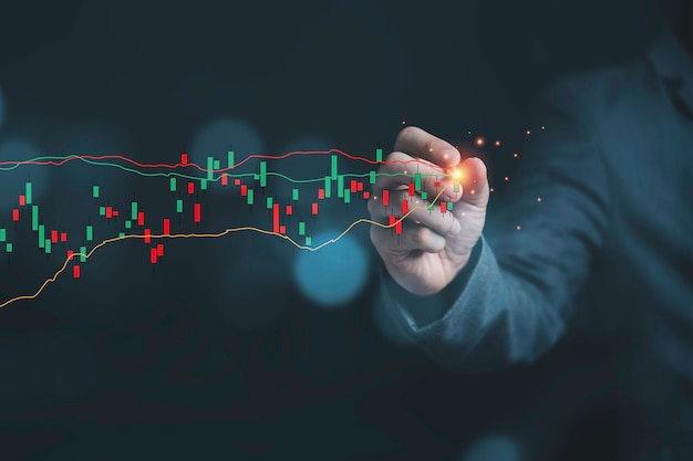 Investimento no mercado de ações e conceito de crescimento do negócio, empresário escrevendo gráfico de investimento do mercado de ações com seta verde de aumento.