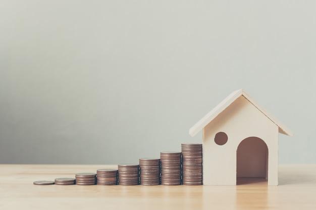 Investimento propriedade, e, casa, hipoteca, financeiro, conceito, dinheiro pilha moeda, com, casa madeira