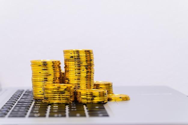 Investir e cultivar uma pilha de moedas colocadas no computador