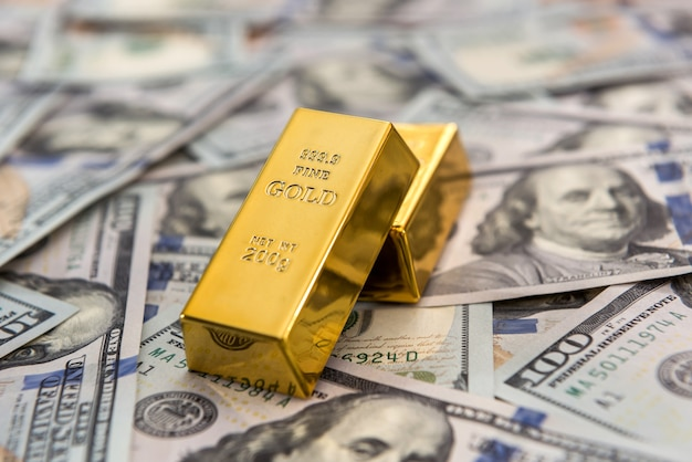 Investir em barras de ouro reais em notas de dólar. dinheiro e economizar conceito