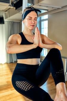 Ioga aérea um instrutor de ioga aérea de garota bonita mostra uma variedade de exercícios em linhas penduradas em uma sala de ioga. ioga do conceito, corpo flexível, estilo de vida saudável, aptidão.