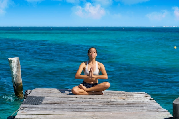 Ioga de mulher latina relaxante no caribe