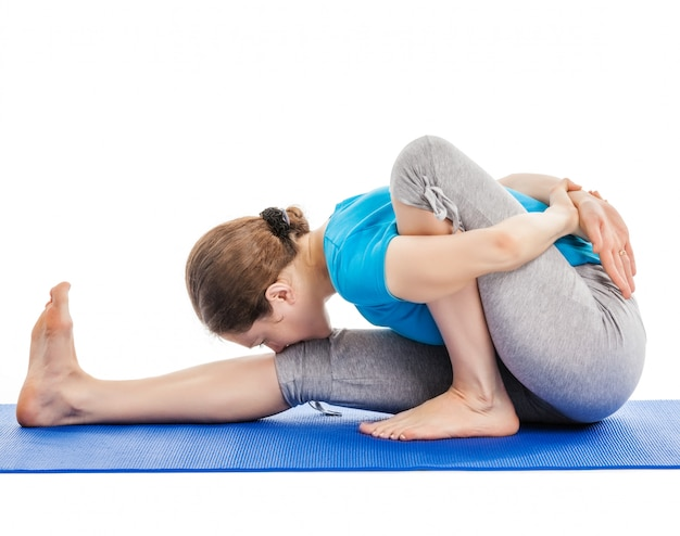 Ioga - jovem mulher bonita fazendo exercícios de asana yoga isolado