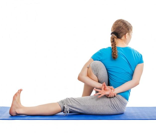 Ioga - jovem mulher bonita fazendo yoga asana excerise isolado