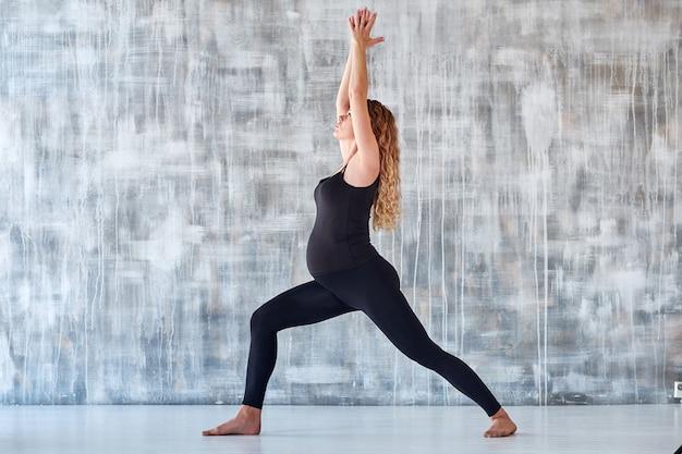 Ioga. mulher grávida praticando ioga em estúdio. conceito de estilo de vida de saúde e cuidados com o bebê.