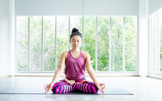 Ioga praticando da mulher asiática