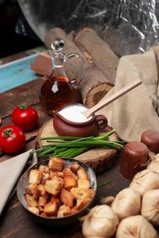 Iogurte, alho e tomate em cima da mesa