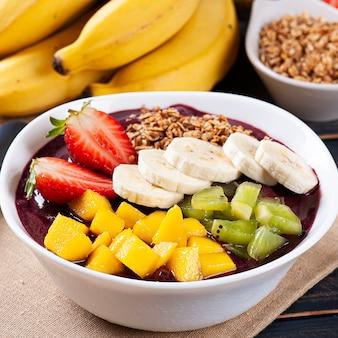 Iogurte brasileiro em uma tigela acompanhado de frutas tropicais