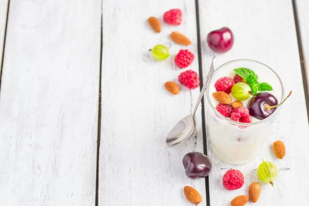 Iogurte caseiro com frutas e amêndoas de verão