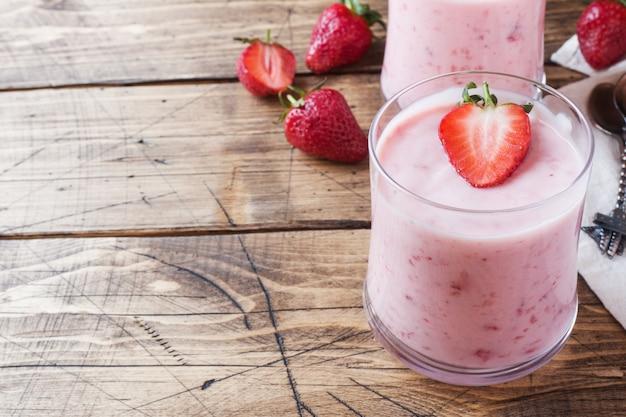 Iogurte caseiro com morangos frescos em copos