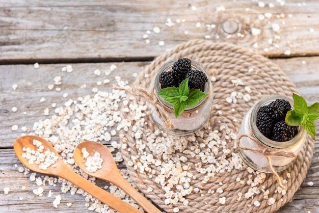 Iogurte caseiro. elaborado a partir de produtos naturais com adição de amoras e menta.