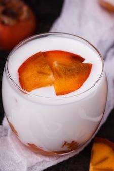 Iogurte caseiro em um copo de caqui