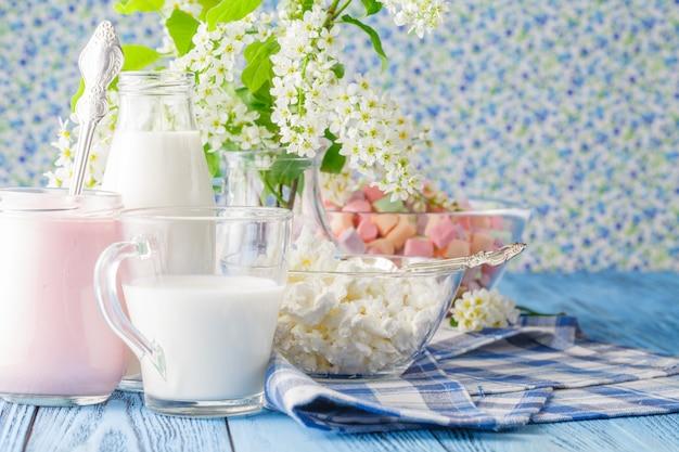 Iogurte caseiro fresco com fatias de marshmallow em um copo