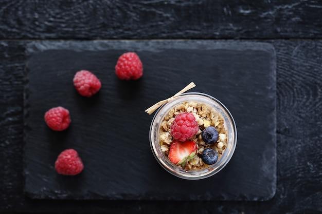 Iogurte com aveia e frutas em vidro