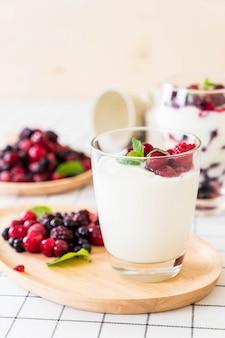Iogurte com bagas misturadas