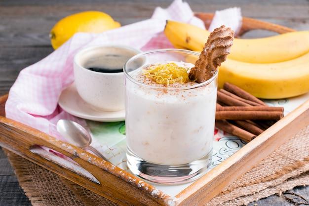 Iogurte com banana em um fundo de madeira