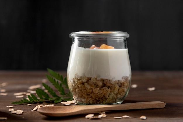 Iogurte com cereais de granola e frutas na jarra