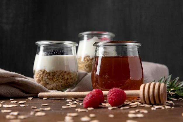 Iogurte com cereais de granola e frutas na mesa