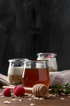 Iogurte com cereais e frutas granola