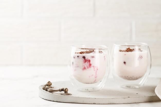 Iogurte com chocolate e frutas
