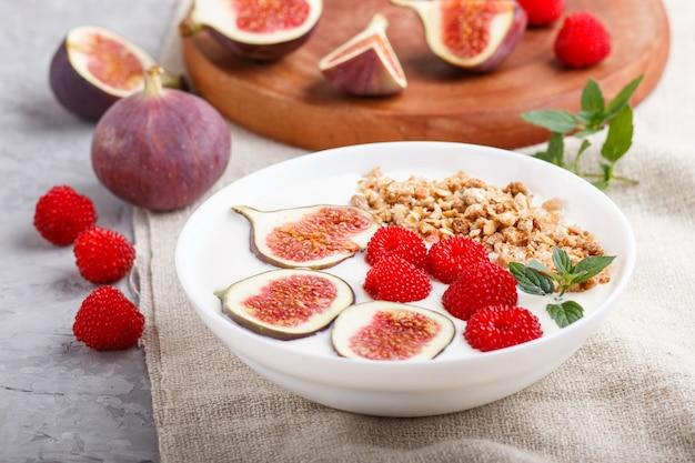 Iogurte com framboesa, granola e figos