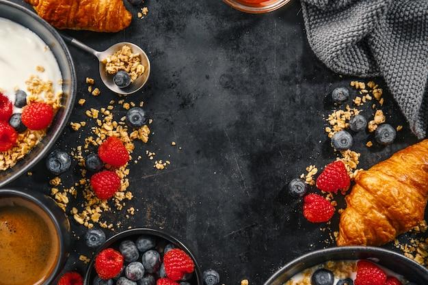 Iogurte com frutas e granola na tigela