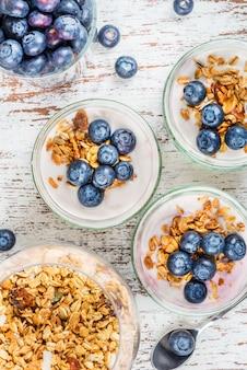 Iogurte com granola caseira e mirtilos