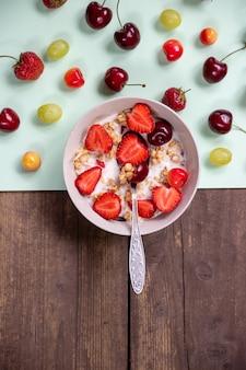 Iogurte com granola e frutas frescas.