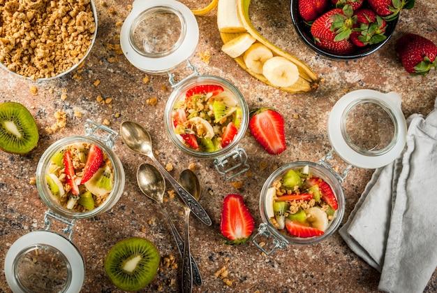 Iogurte com granola e frutas