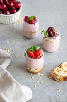 Iogurte com granola e frutas.