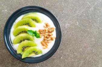 Iogurte com kiwi e granola