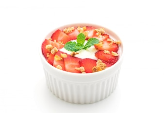 Iogurte com morango e granola