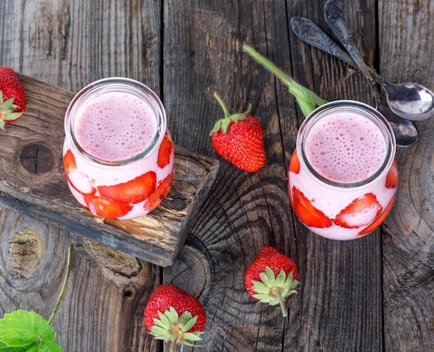 Iogurte com morangos frescos em uma jarra de vidro