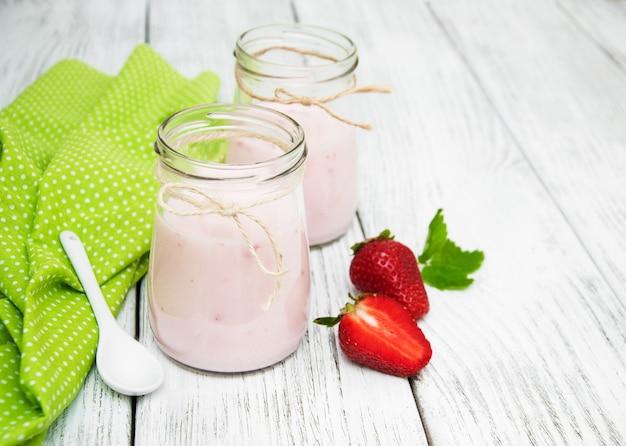 Iogurte com morangos frescos