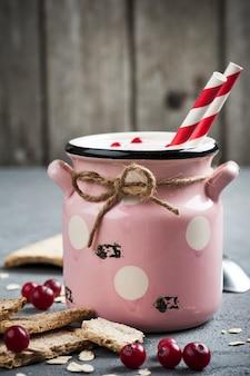 Iogurte com muesli e bagas