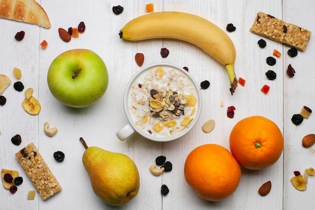 Iogurte com musli e frutas