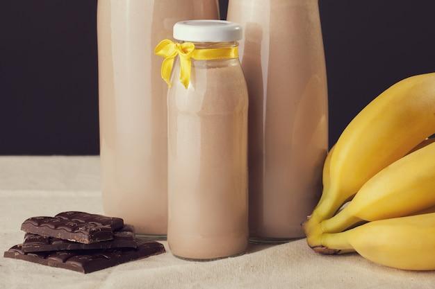 Iogurte com sabor a banana e chocolate em cima da mesa