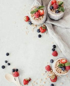 Iogurte com sementes de chia e frutas em copos