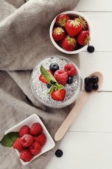 Iogurte com sementes de chia e frutas em vidro