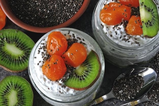Iogurte com sementes de chia e frutas. lanche super food keto.