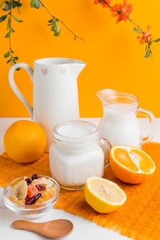 Iogurte de alto ângulo com laranja e frutas secas