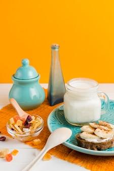 Iogurte de alto ângulo com pão e banana