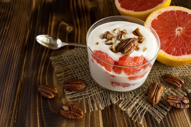 Iogurte de leite com grapefruit e noz-pecã