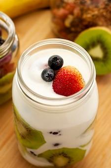 Iogurte delicioso com fatias de kiwi em ângulo alto
