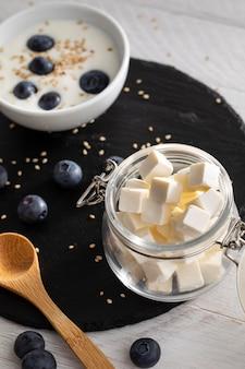 Iogurte delicioso com frutas vermelhas
