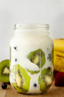 Iogurte delicioso com rodelas de kiwi